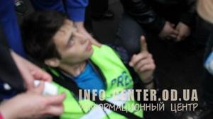 Міліціонер вистрілив у ногу журналісту під час подій біля Одеського СІЗО (ФОТО)