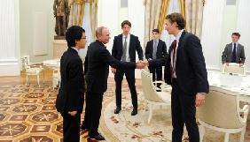 У Росії на прохання Кремля інформагентства видалили знімки зустрічі Путіна і британських студентів