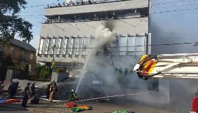 Під будівлею «Національних інформаційних систем» палять шини та скандують (ФОТО)