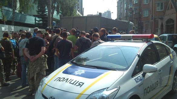Під «Інтером» протестувальники намагались звести барикаду з піску та мають намір блокувати Нацраду (ОНОВЛЕНО)