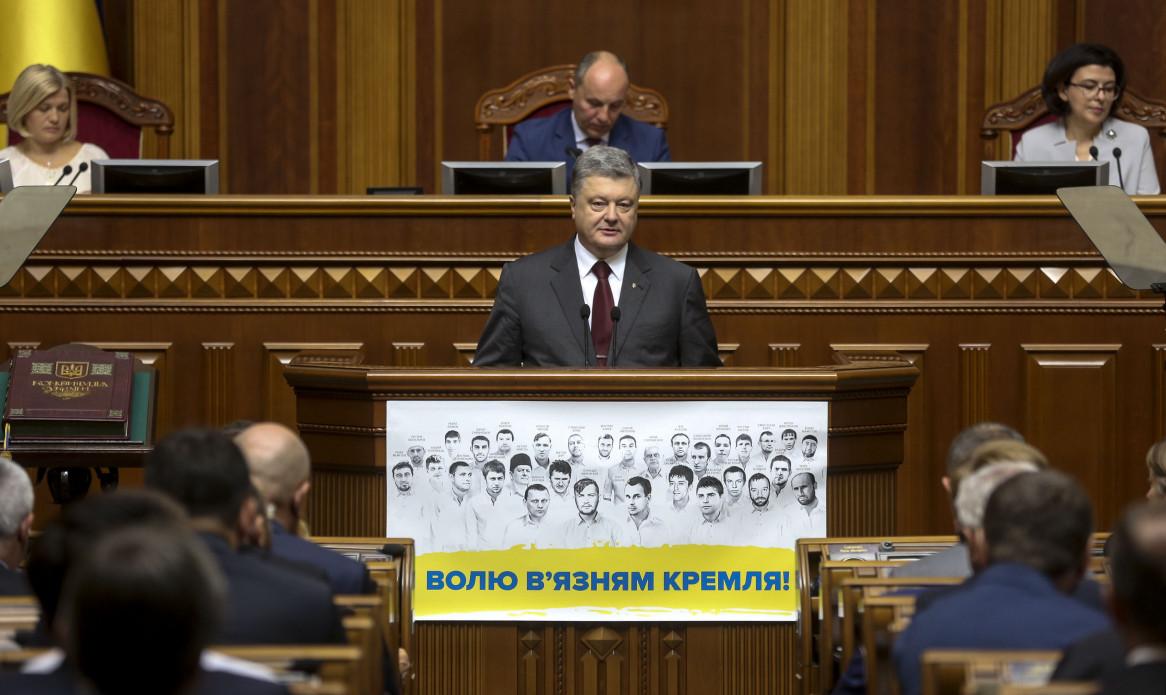 Порошенко знову закликав телеканали збільшити частку української мови