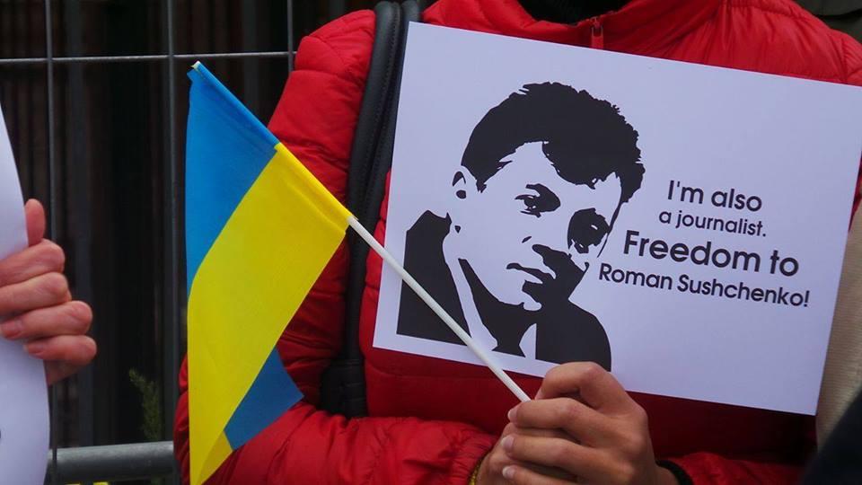 Журналісти пікетують посольство Росії та вимагають звільнення Сущенка