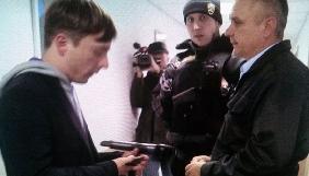 Співробітник охоронної фірми вдарив по камері «Центрального каналу»