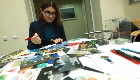Журналісти «Укрінформу» підписали новорічні листівки на підтримку Сущенка