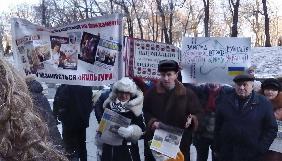 Журналісти «Кримської світлиці»,«Українського театру» та «Пам'яток України» під Кабміном вимагають зберегти видання (ДОПОВНЕНО)