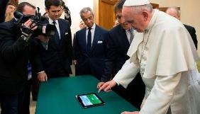Папа Римський заклеїв передню камеру на своєму планшеті