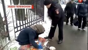 У Вінниці на журналістку під час зйомки напала псевдо-жебрачка (ВІДЕО)