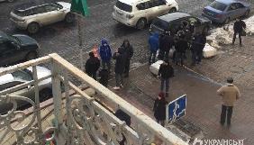 Невідомі накинулися на Володимира В'ятровича перед офісом «Укрінформу»