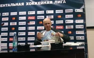 У Білорусі спортивний журналіст з'їв свою газету, виконавши обіцянку