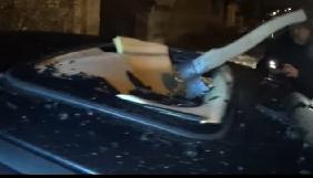У Нікополі журналісту сокирою розбили авто