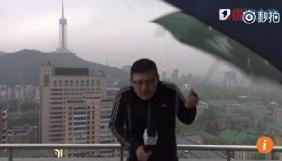 Китайського ведучого погоди у прямому ефірі вдарила блискавка (ВІДЕО)