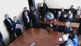 Міський голова Олександрії виштовхав оператора телекомпанії «Контакт-ЛТД» із засідання виборчої комісії