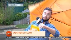 Ірландського ведучого прогнозу погоди здуло вітром у прямому ефірі