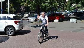 Слідами Кличка: голова Нацради приїхав на роботу на велосипеді