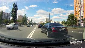 Журналісти «Схем» повідомляють, що їхній автомобіль був заблокований кортежем Ахметова (ВІДЕО)