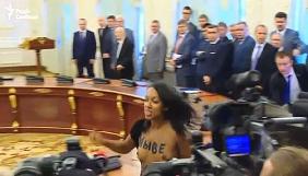 Активістці Femen, що потрапила на зустріч Порошенка і Лукашенка за посвідченням журналіста, оголосили про підозру