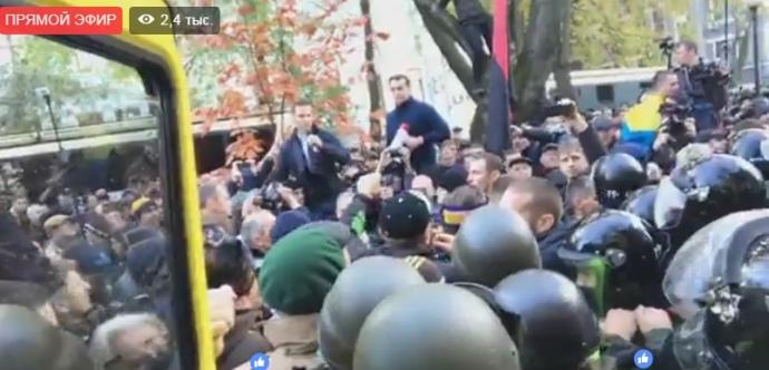 Під Раду поліція не пускає машину зі звукоапаратурою і нардепом Лещенком