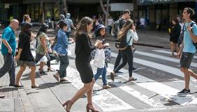 На Гаваях штрафуватимуть людей, які переходять вулицю, дивлячись у смартфон