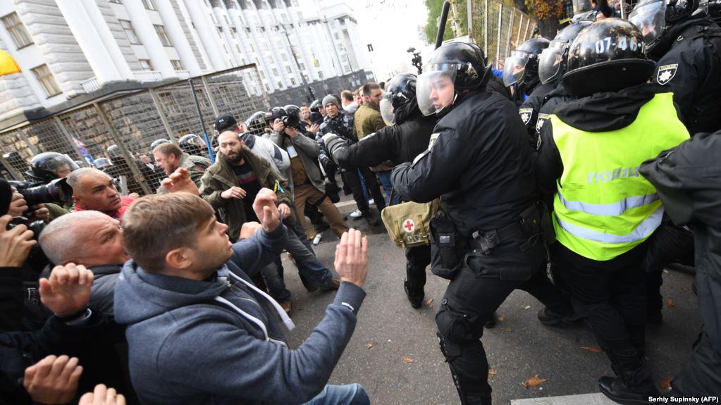 Агресивні протестувальники проти президента-миротворця: великі телеканали спотворено висвітлювали акцію під ВР