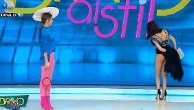 Як румунська телеведуча шукала в спідньому павука та оголила сідниці в ефірі