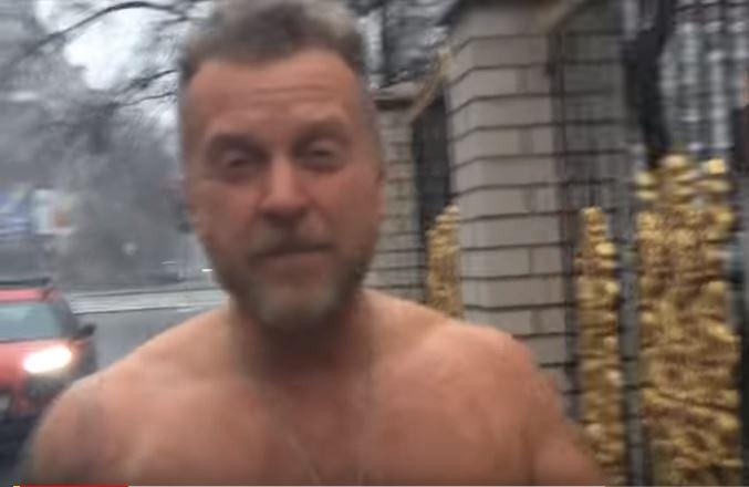 Антон Мухарский разделся догола на крыльце Оболонского суда (ВИДЕО)