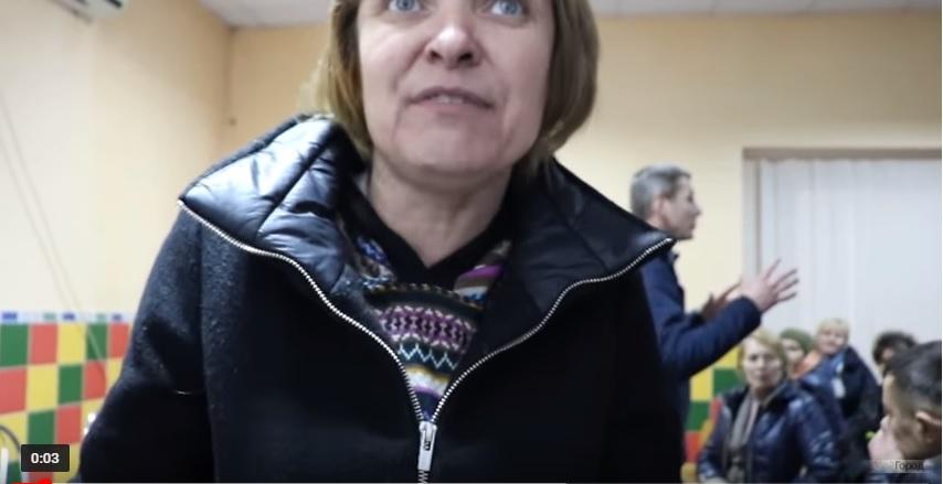 На Миколаївщині журналістку силоміць вивели із зустрічі політика з виборцями
