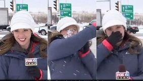 Журналістка FOX6 перед виходом у прямий ефір отримала удар сніжкою від оператора