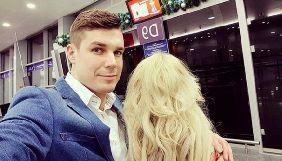 Екс-«холостяк» Дмитро Черкасов ховає обличчя коханої, але не ховає її сідниці