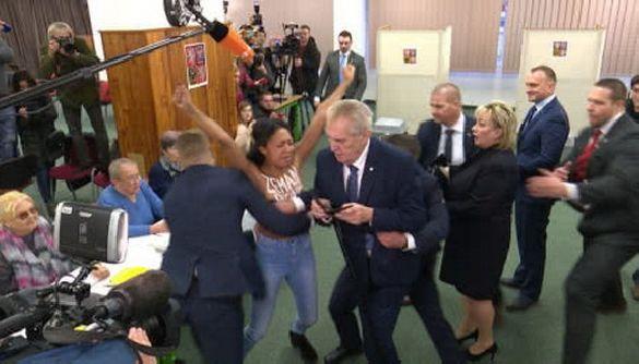 Активістка Femen, що напала на чеського президента Земана, назвалася журналісткою «Української правди»