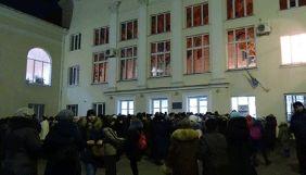 У Хмельницькому невідома жінка перешкоджала журналістці видання «Є» вести зйомку
