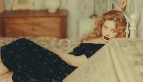 Тина Кароль снялась обнаженной в одеяле и с котиком