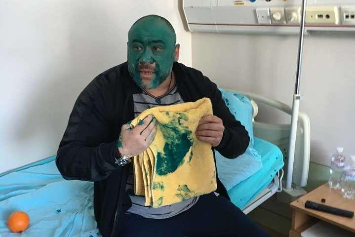 Активісти принесли «тітушці» Крисіну отруту і зеленку додитячого відділення Інституту серця