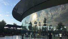 В новому кампусі Apple працівники врізаються в скляні стіни