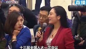 Китайська журналістка стала героїнею мемів через свою поведінку на прес-конференції