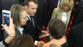 На Паризькому книжковому салоні Ірена Карпа подарувала президенту Франції книгу Олега Сенцова (ФОТО)