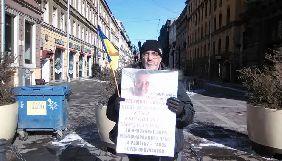 У Санкт-Петербурзі затримали активіста з українським прапором та плакатом на підтримку кримських татар