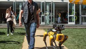 Глава Amazon вивів на прогулянку робособаку Boston Dynamics й став зіркою соцмереж