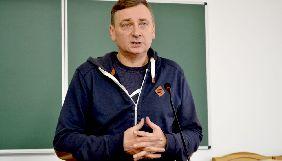 У Сумах суд знову відклав дебати у справі про побиття журналіста і письменника Євгена Положія