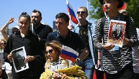 Участница «Евровидения» от России возглавила в Лиссабоне акцию с советскими флагами и значками так называемых «ДНР» и «ЛНР»