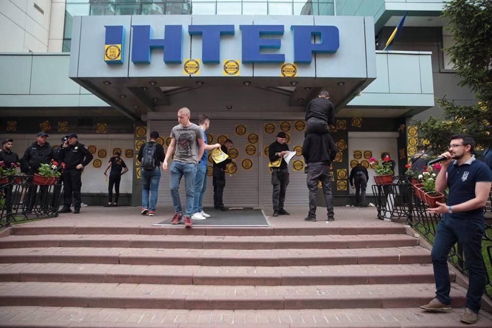 Назву «Інтер» на будівлі каналу розмалювали в жовто-блакитний колір (ВІДЕО)