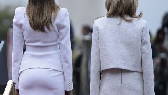 Женщины в белом: почему все обсуждают фотографию первых леди США и Франции