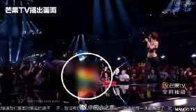 Китайський телеканал позбавили ліцензії на транслювання «Євробачення» через цензурування символіки ЛГБТ і татуювань