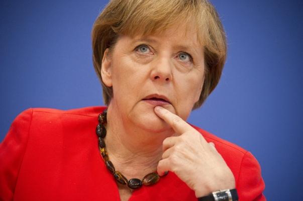 Меркель заявила, що планує обговорити з Порошенком затримання керівника «РИА Новости Украина»