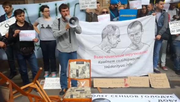 Під Адміністрацією президента проходить акція на підтримку Олега Сенцова та інших політв'язнів (ВІДЕО)