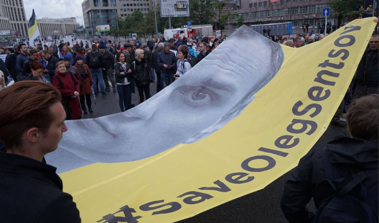 У Москві на мітингу проти репресій розгорнули прапор на підтримку Сенцова
