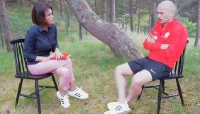 Польський футболіст під час інтерв'ю ногою упіймав освітлювальний прилад, який падав на журналістку