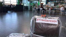 В аеропорту «Бориспіль» при пакуванні багажу безкоштовно видають наклейки «FreeSentsov» - журналіст