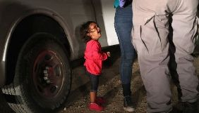 Фото дівчинки в сльозах стало символом нової міграційної політики США