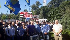 Під телецентром «Олівець» пройшов мітинг із прапорами партії «Свобода» проти закриття «Доброго ранку, країно!»