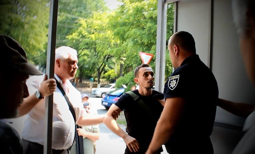 У Кропивницькому під час демонтажу МАФу журналісти потрапили в сутичку між активістами та поліцією (ФОТО)